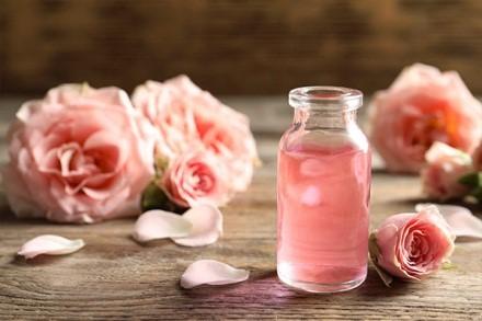 LES BIENFAITS DE L'EAU DE ROSE – ROSE WATER – Secret de beauté